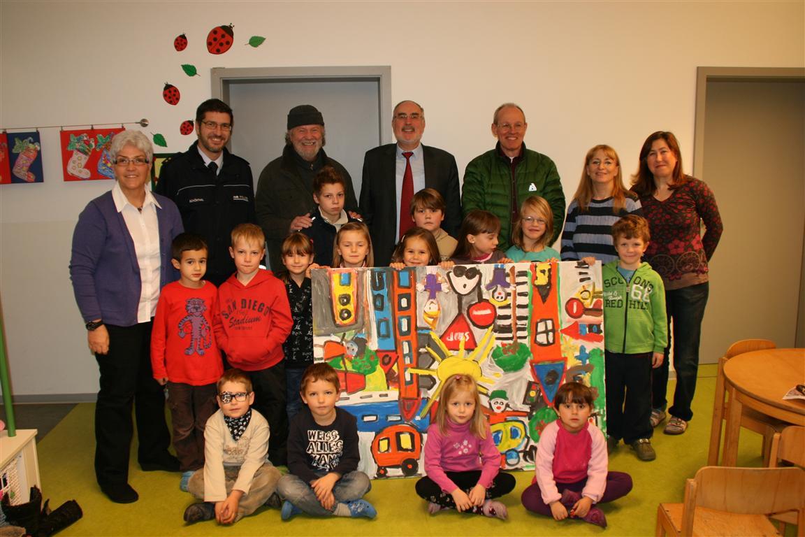 Die Kinder des Kindergartens Hölderlinstraße gemeinsam mit ihren Erzieherinnen, Lutz Schönthal, Dietmar Israel, Oberbürgermeister Klaus Demal und Christian Tauber