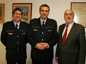Oberbürgermeister Klaus Demal gemeinsam mit Lutz Schönthal (Leiter Revier Waldstadt) und Jürgen Schöfer (neuer Leiter des Polizeipostens Stutensee)