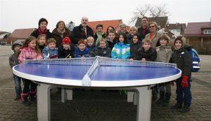 """Dank dem Verein """"Kreuz+Quer"""" hat der Schulhof der Richard-Hecht-Schule Stutensee im Stadtteil Spöck mit der Tischtennisplatte eine neue Attraktion"""