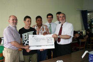 Gemeinsam mit den Schülern der Richard-Hecht-Schule nahmen Oberbürgermeister Klaus Demal und Rektor Herbert Grimm die Spende der Badischen Beamtenbank entgegen