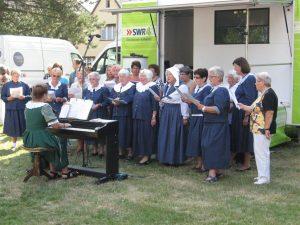 Sängerinnen des GV Sängerbund Friedrichstal unter der Leitung von  Else Gorenflo beim Vortrag des Tabakliedes in Hugenottenkleider