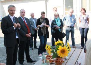 Landrat Dr. Christoph Schnaudigel und Oberbürgermeister Klaus Demal im Gespräch mit haupt- und ehrenamtlich Tätigen sowie Bewohnern in der Gemeinschaftsunterkunft Stutensee.