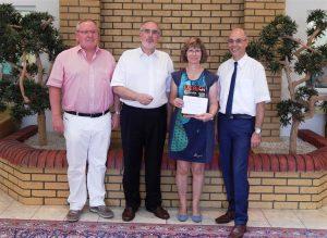 Ortsvorsteher Kurt Gorenflo, Oberbürgermeister Klaus Demal sowie Haus Edelberg-Geschäftsführer Michael Wipp (v.l.n.r.) gratulierten Hausleitung Ute Mohr zu fünf Jahren Senioren-Zentrum Haus Edelberg in Stutensee-Friedrichstal.