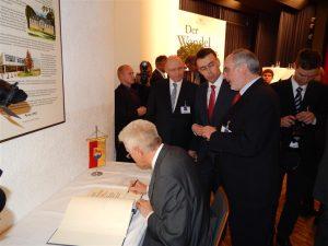 Eintrag in das goldene Buch der Stadt (MP Kretschmann, Bürgermeister Dr. Ehrlein, Minister Dr. Schmid, OB Demal)