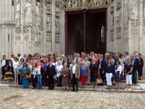 Nach dem Gottesdienst vor der Kathedrale in Saint-Riquier