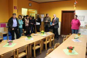 Martin Ehrensperger informierte zahlreiche Gäste, Gemeinderäte und Oberbürgermeister Klaus Demal über die räumlichen Veränderungen im Michaeliskindergarten
