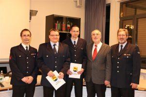 Oberbürgermeister Klaus Demal überreichte gemeinsam mit dem hauptamtlichen Feuerwehr-kommandanten Klaus Dieter Süß und dem Abtei-lungskommandanten der Abteilung Staffort, Ralf Baumer, dem 1. stellvertretenden Abteilungs-kommandant Heiko Baier und dem 2. stellvertre-tenden Abteilungskommandant Christian Wegmer die Ernennungsurkunden