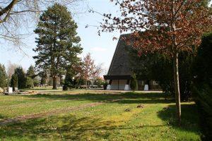 Neben der Friedhofskapelle auf der Westseite wird das gärtnergepflegte Grabfeld angelegt