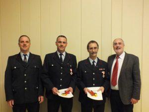 Das Feuerwehrehrenzeichen in Gold für 40 Jahre bzw. 25 Jahre aktiven Feuerwehrdienst bekamen Klaus Dieter Süß und Francesco Bugiada von Oberbürgermeister Klaus Demal verliehen