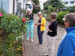 Silke Knöll (2.v.l.) erklärt den Besuchern wie man wenig Platz am besten nutzt