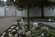 Gedenkmauer und gärtnergepflegtes Grabfeld Waldfriedhof Friedrichstal