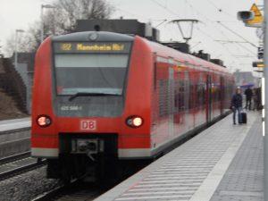 Eine der ersten Regionalbahnen hält