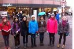 TMG-Schülerinnen singen in Fußgängerzone Karlsruhe