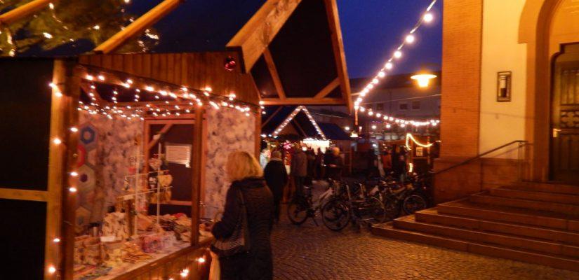 Weihnachtsmarkt vor der Kirche