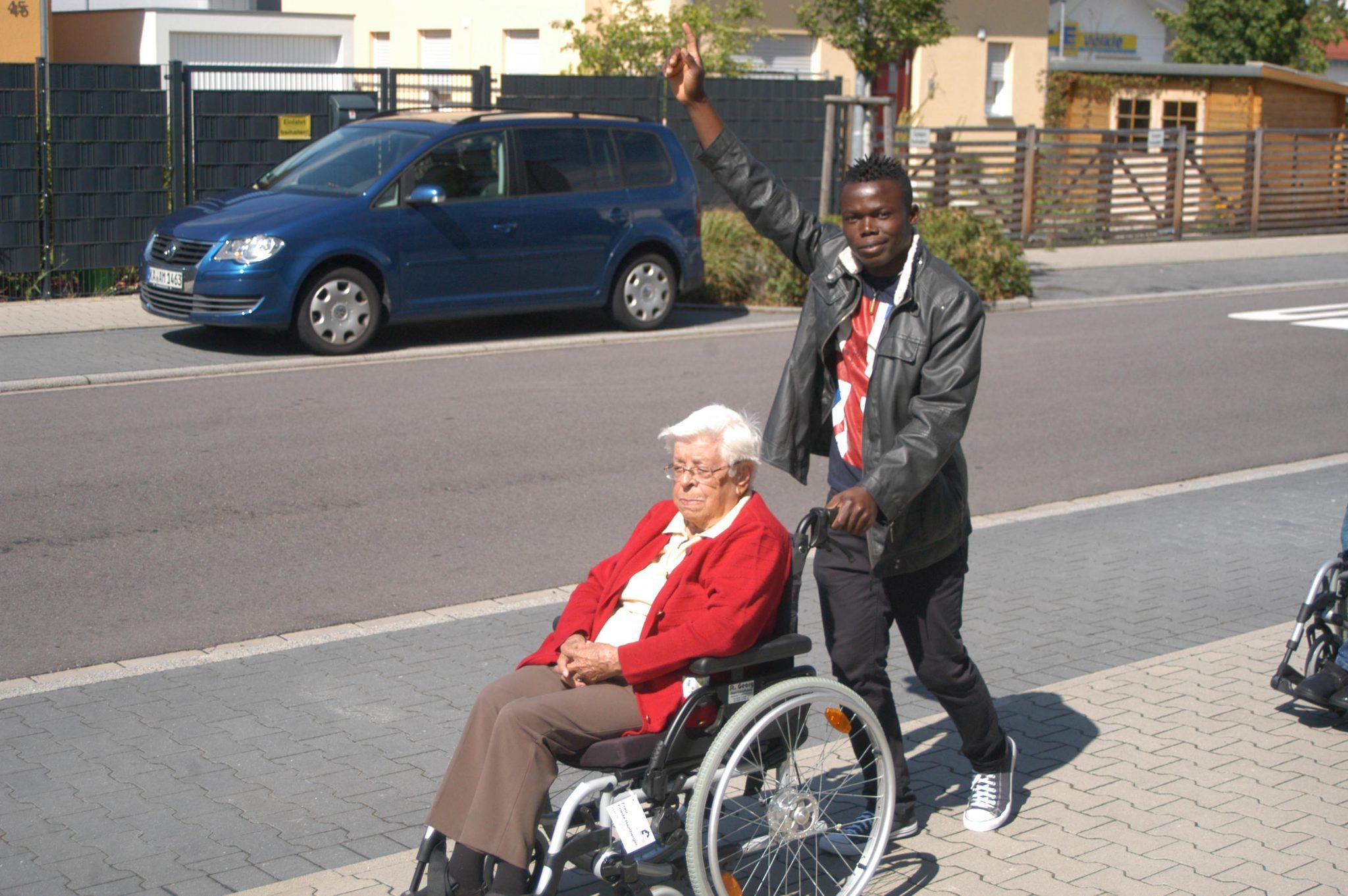 Integration per Spaziergang: Asylbewerber helfen im Seniorenzentrum