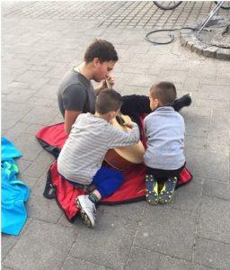 Gitarre spielen mit Kindern aus der GU