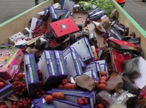 Von Ruß geschwärztes Gemüse im Container