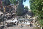 Radfahrerin von umgestürzter Mauer verschüttet und schwer verletzt