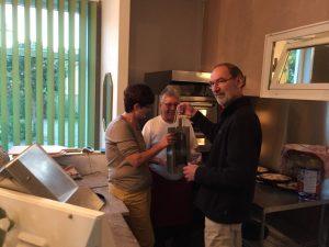 Ortsvorsteher Heidt übergibt Geschenk
